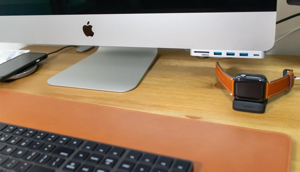 デスクの脇でApple Watchを充電
