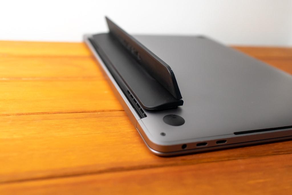 Bluelounge Kickflip MacBook Proは角度がつく