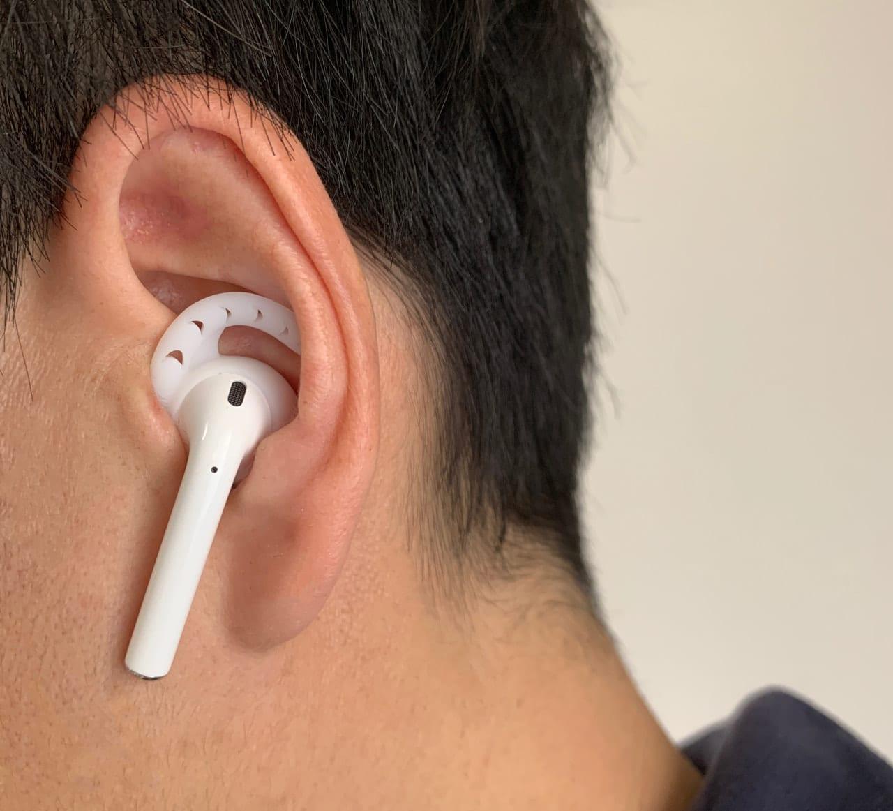 AhaStyle AirPods イヤーフックカバーをつけて耳に装着