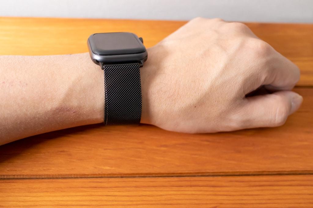 BRG コンパチブル Apple Watch ミラネーゼループバンドを装着