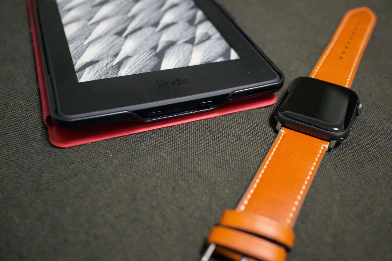Apple WatchのレザーバンドとAmazon kindle