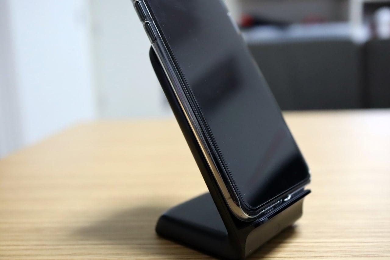 Anker PowerWave 7.5 StandにiPhone XS Maxを乗せた状態