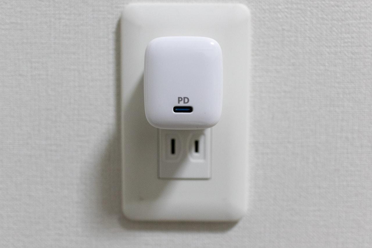 Anker PowerPort Atom PD 1はコンセントに挿しても邪魔にならない