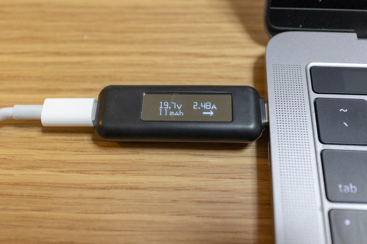 MacBook Pro付属充電器で充電中