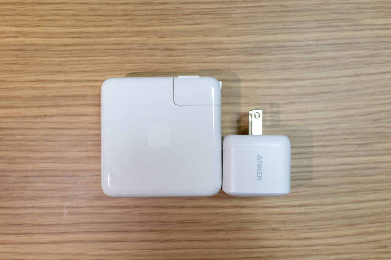 MacBook Pro付属充電器とAnker PowerPort Atom PD 1を横から比較