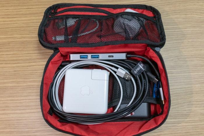MacBook Pro付属充電器をアクセサリーケースに入れたところ