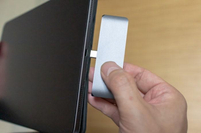 Satechi アルミニウム Type-C モバイル ProハブはiPad Proに直挿しする