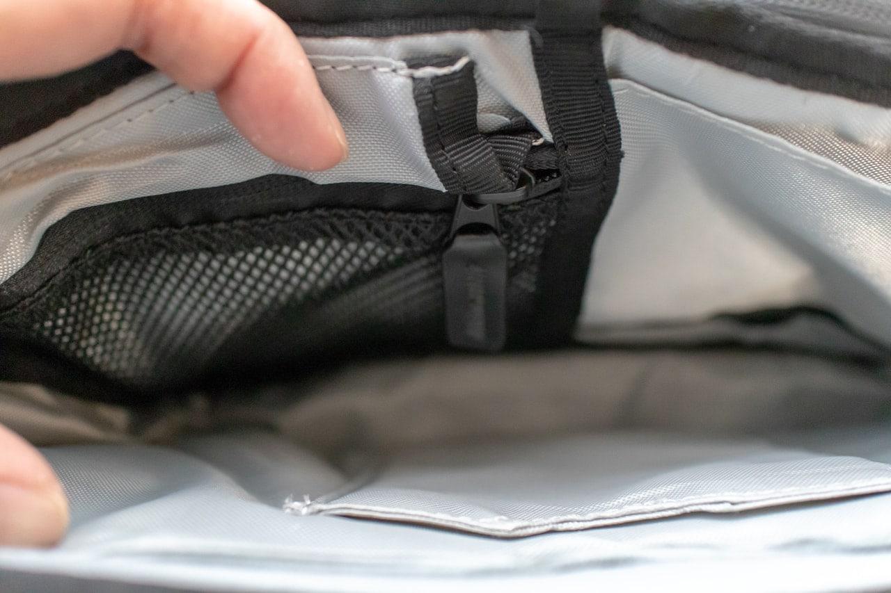 iPadのためのバッグ「Funk St. コミューターパック」の内部ファスナー付きポケット