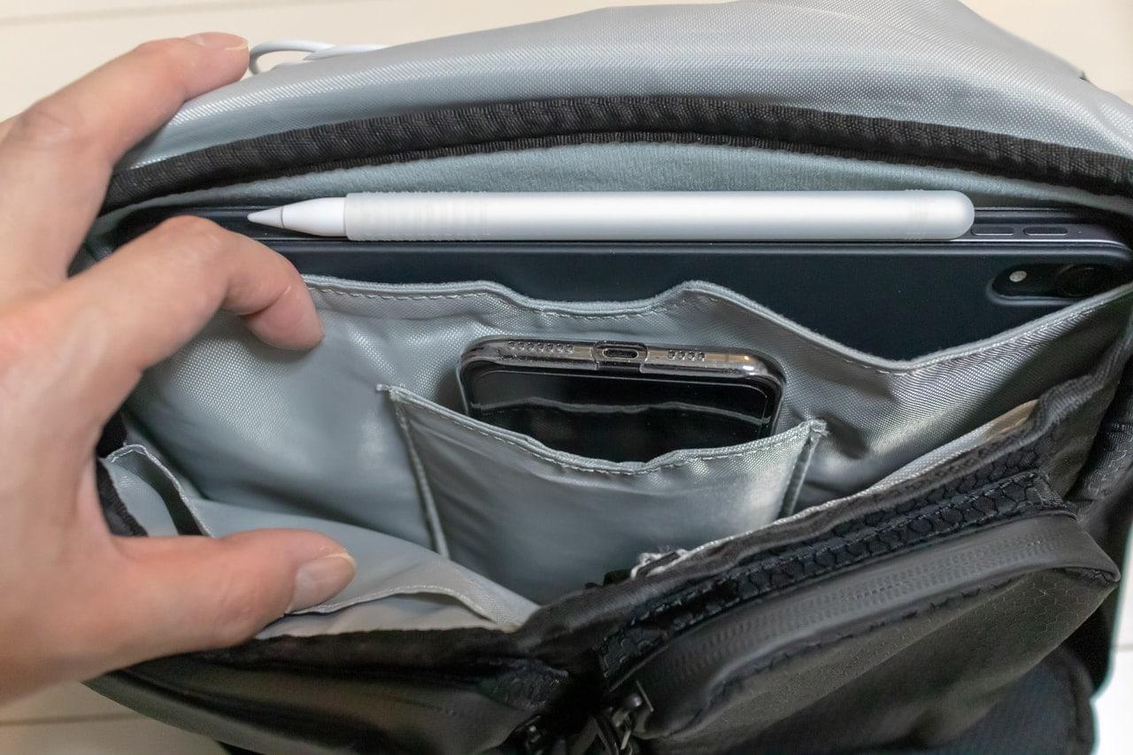 iPadのためのバッグ「Funk St. コミューターパック」の内部中央ポケットにはiPhoneが