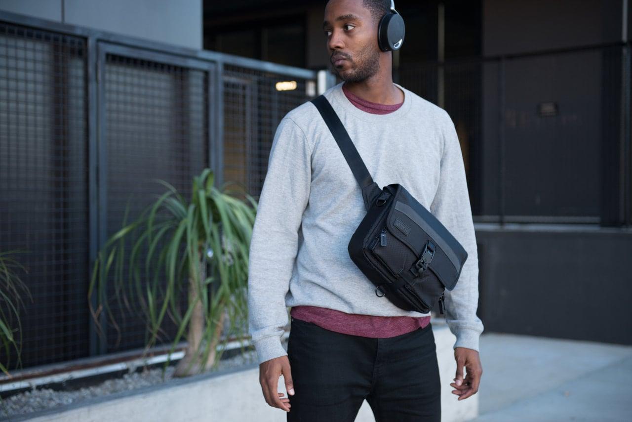 とてもシンプルな外観・デザインのiPadバッグは前にかけても大丈夫