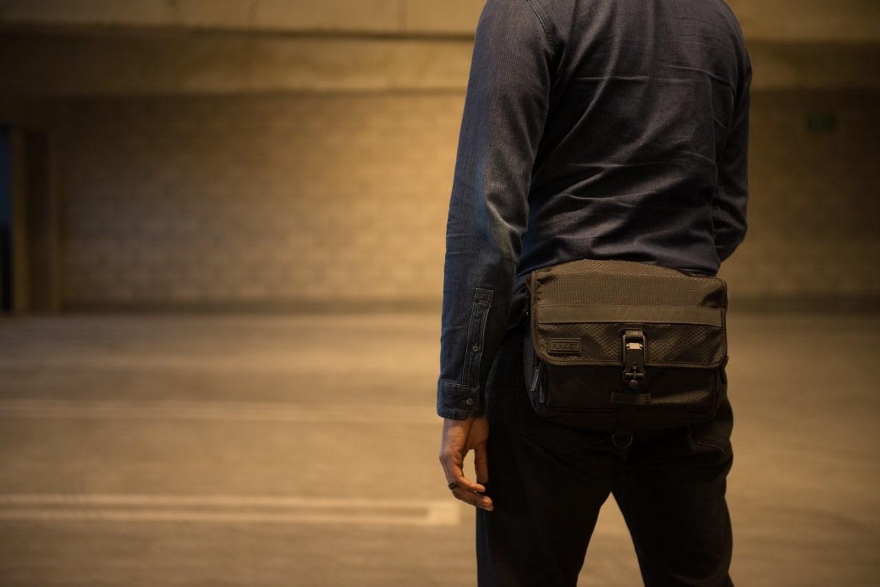 とてもシンプルな外観・デザインのiPadバッグはウエストポーチにもなる