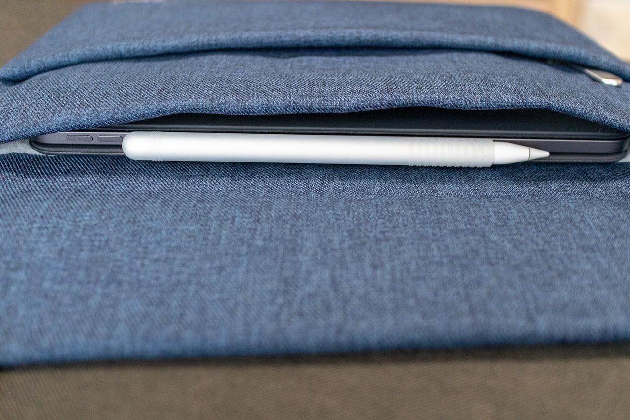 iPad Pro 11インチ用おすすめバッグインバッグ「Inateck スリーブケース」にiPad Proを格納して寝かせた