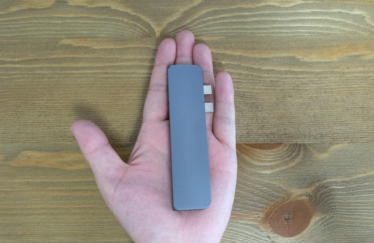 Satechi Type-C アルミニウム Proハブを手のひらに乗せた時のサイズ感