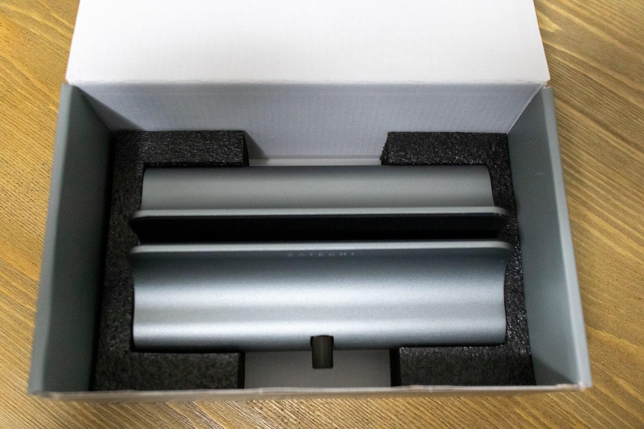 Satechi ユニバーサル バーティカル アルミニウム ラップトップスタンドを開封