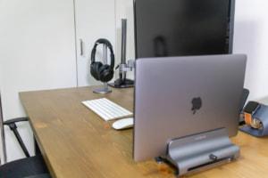【レビュー】MacBook Proをクラムシェルで使うなら縦型スタンドがマスト!「Satechi ラップトップスタン...