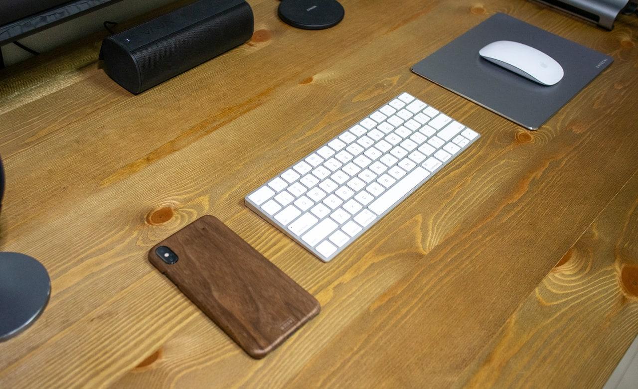 WOODWE クルミ材 ハードウッド iPhoneケースはテスクにおいても絵になる