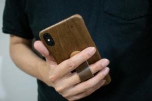 【iPhoneケースレビュー】木製でおしゃれ、ワイヤレス充電も可能な「WOODWE クルミ材 ハードウッド iPho...