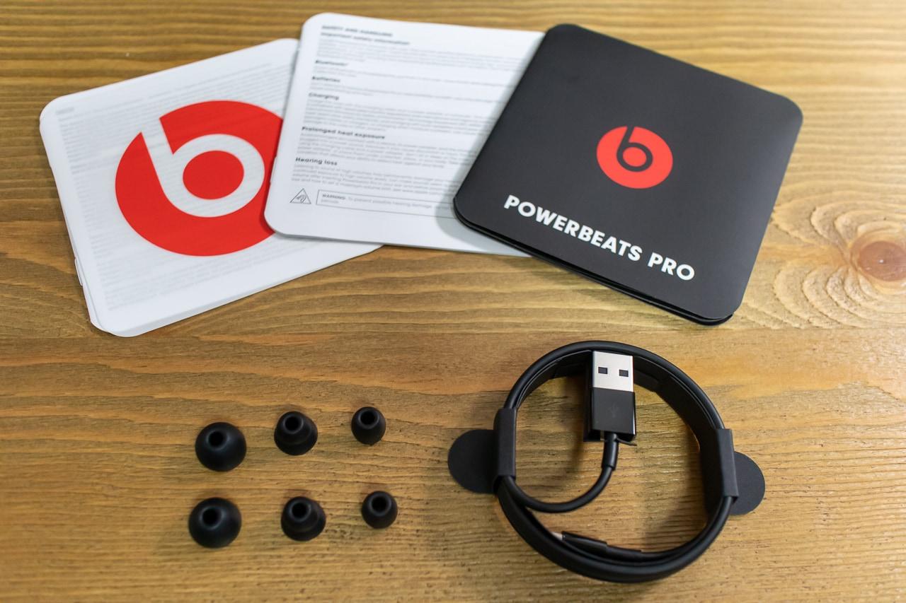 Powerbeats Proの付属品は説明書、イヤーチップ、Lightningケーブル