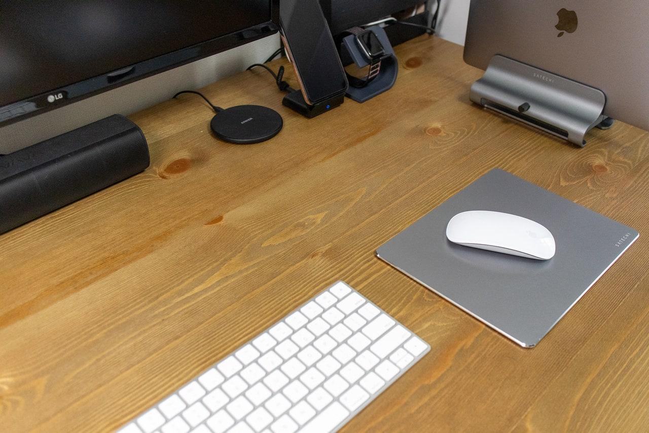アルミ製マウスパッドをデスクに設置するとスタイリッシュ
