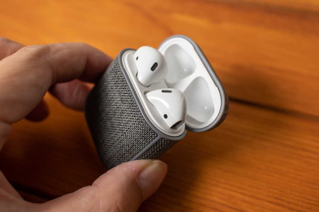 Incase AirPods Case with Woolenexを付けていてもAirPodsを取り出しやすい