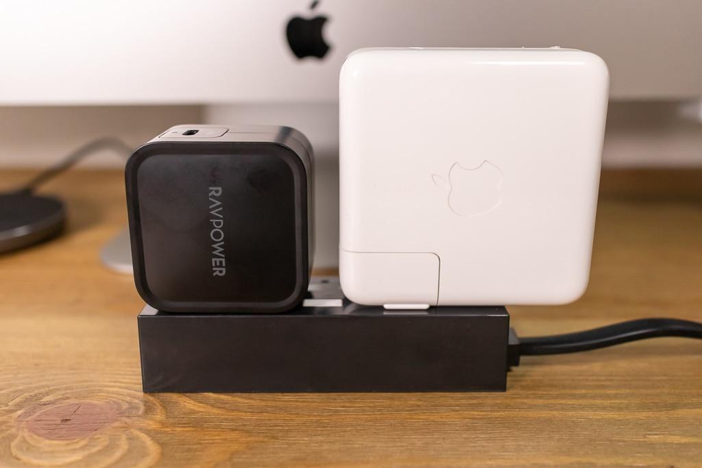 RAVPower RP-PC112とMacBook Pro 13インチ充電器を電源タップに