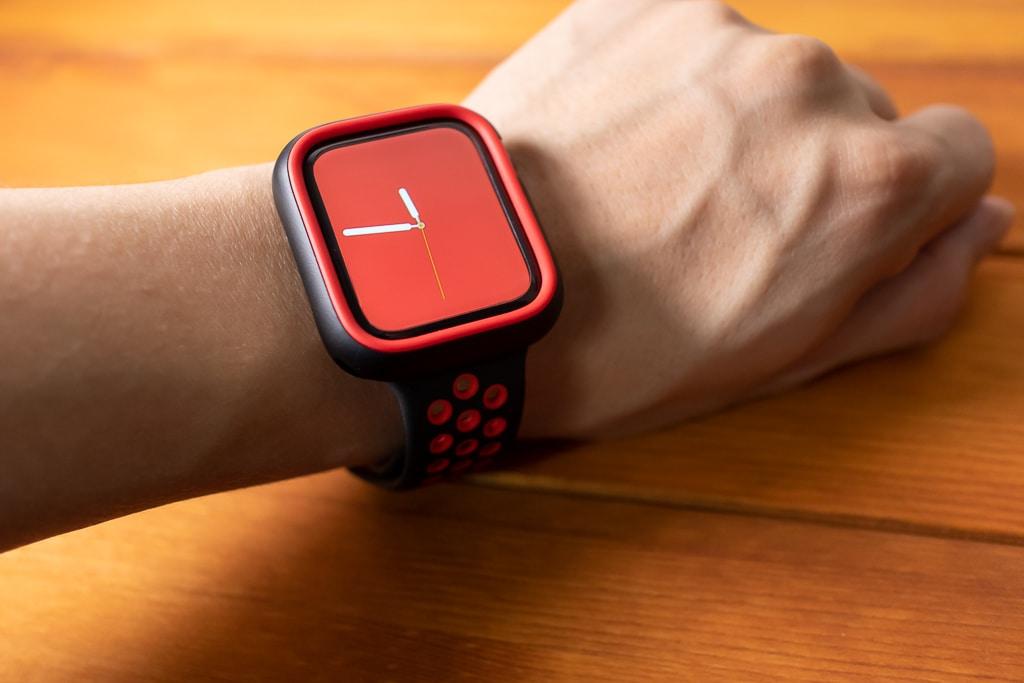 ブラックのケースに赤のリムに赤の文字盤。