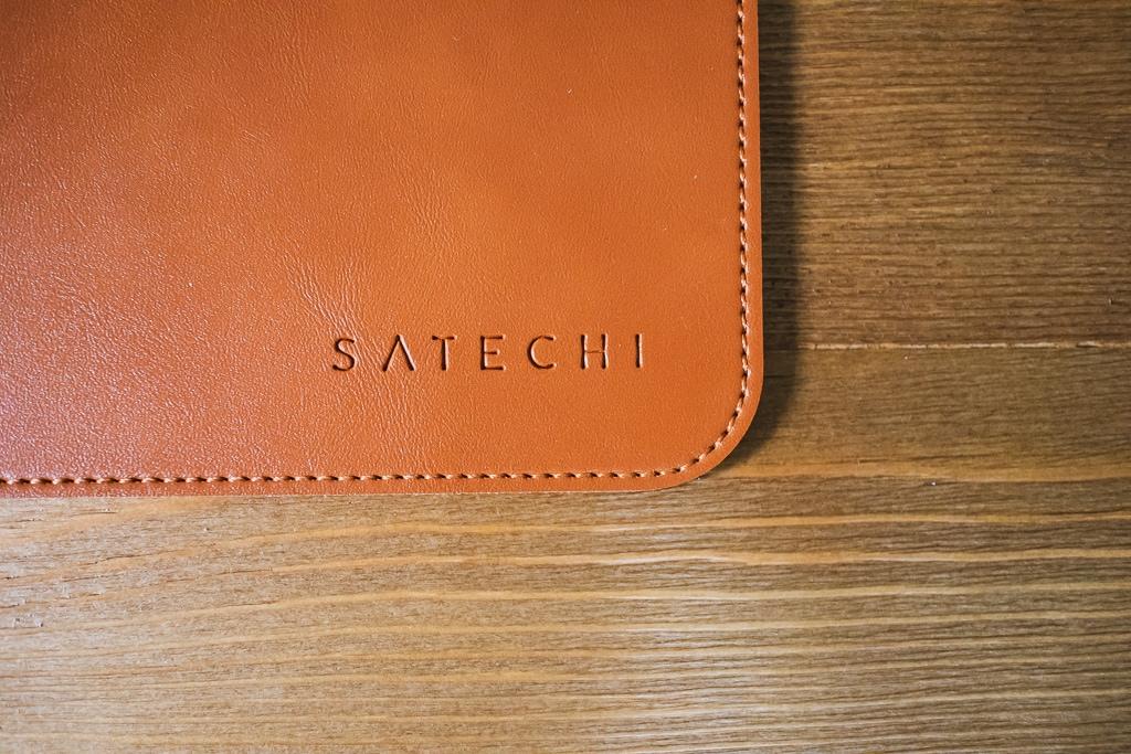 Satechi Ecoレザー デスクメイト デスクマットの下部にはロゴが
