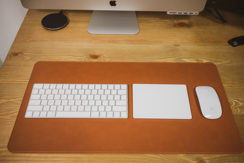 Satechi Ecoレザー デスクメイト デスクマットにキーボード、トラックパッド、マウスを配置