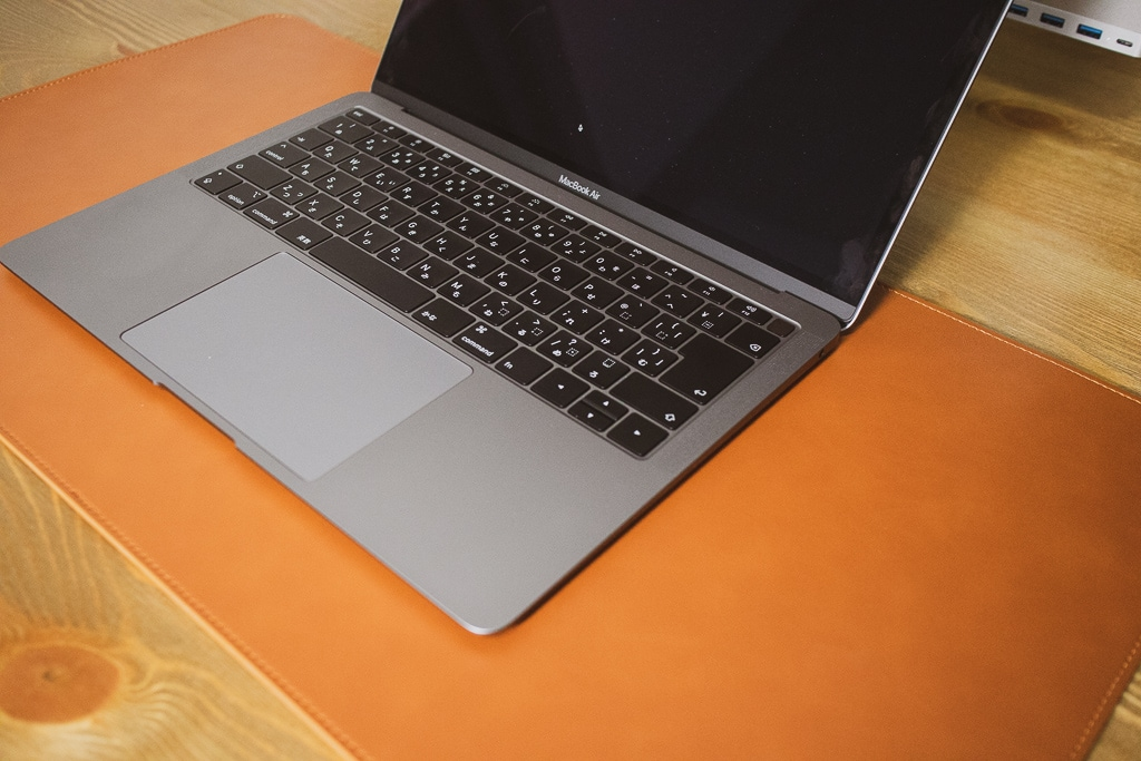 Satechi Ecoレザー デスクメイト デスクマットにMacBook Airを配置