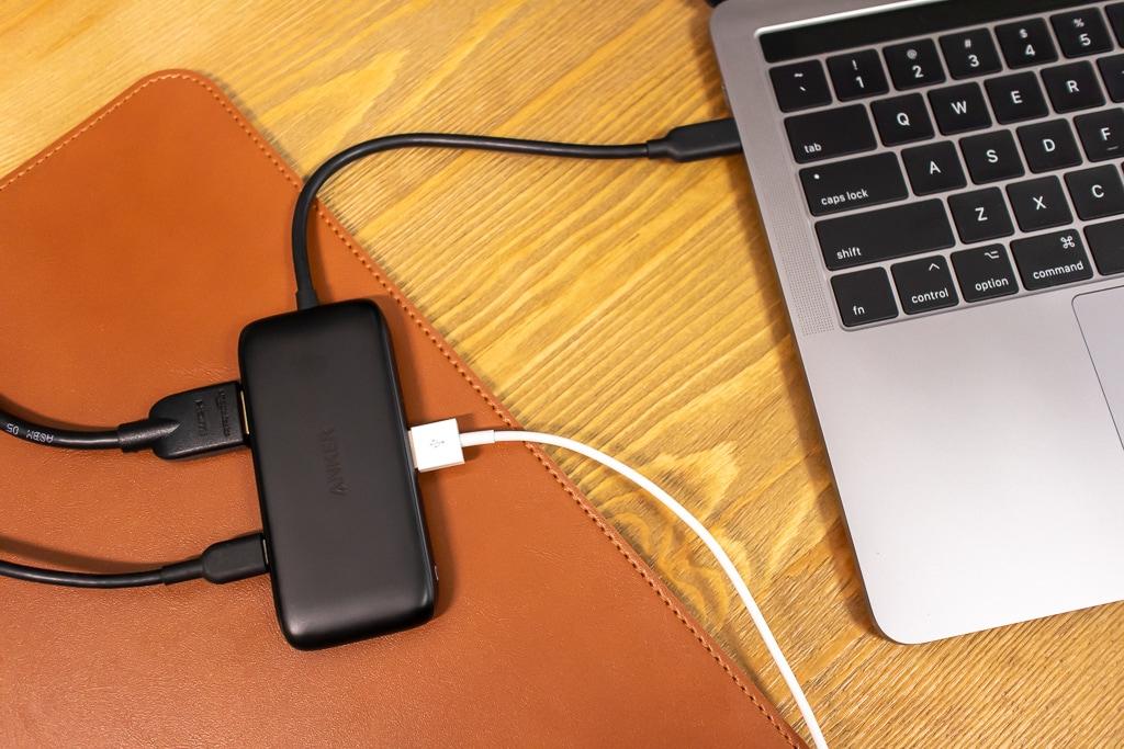 Anker 3-in-1 クラシック USB-Cハブに接続