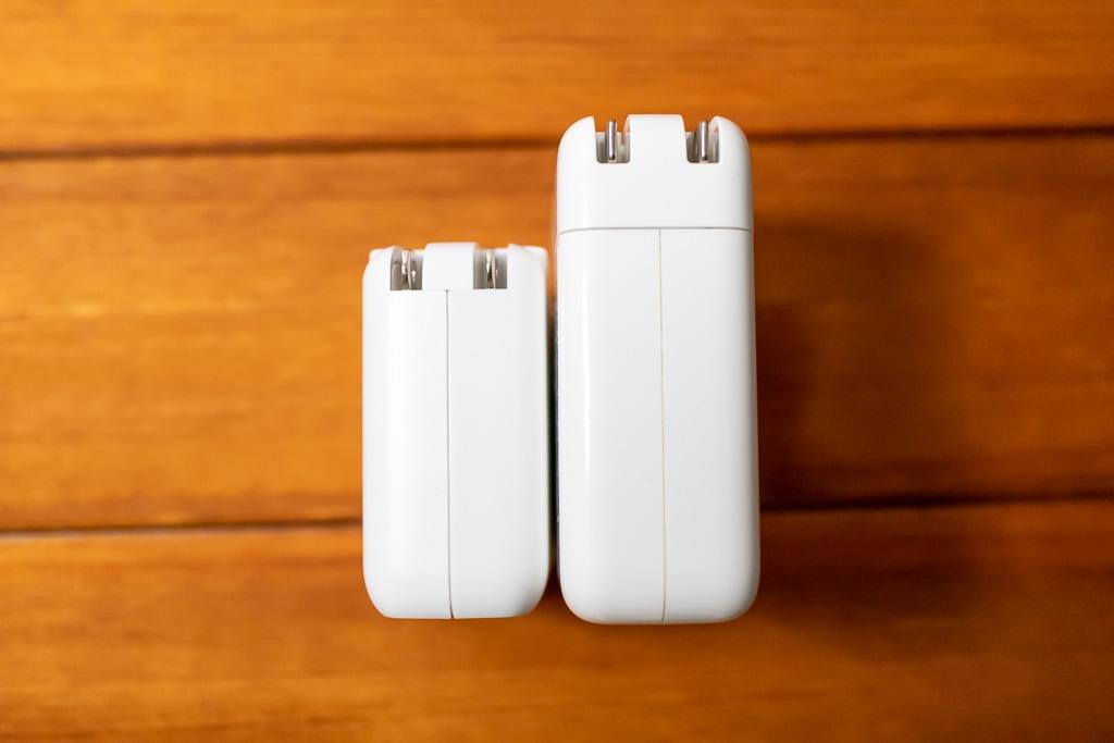 MacBook Pro 13インチ付属充電器と上部から比較