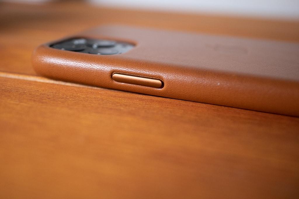 Apple純正 iPhone 11 Proレザーケースのボタンはアルミ製