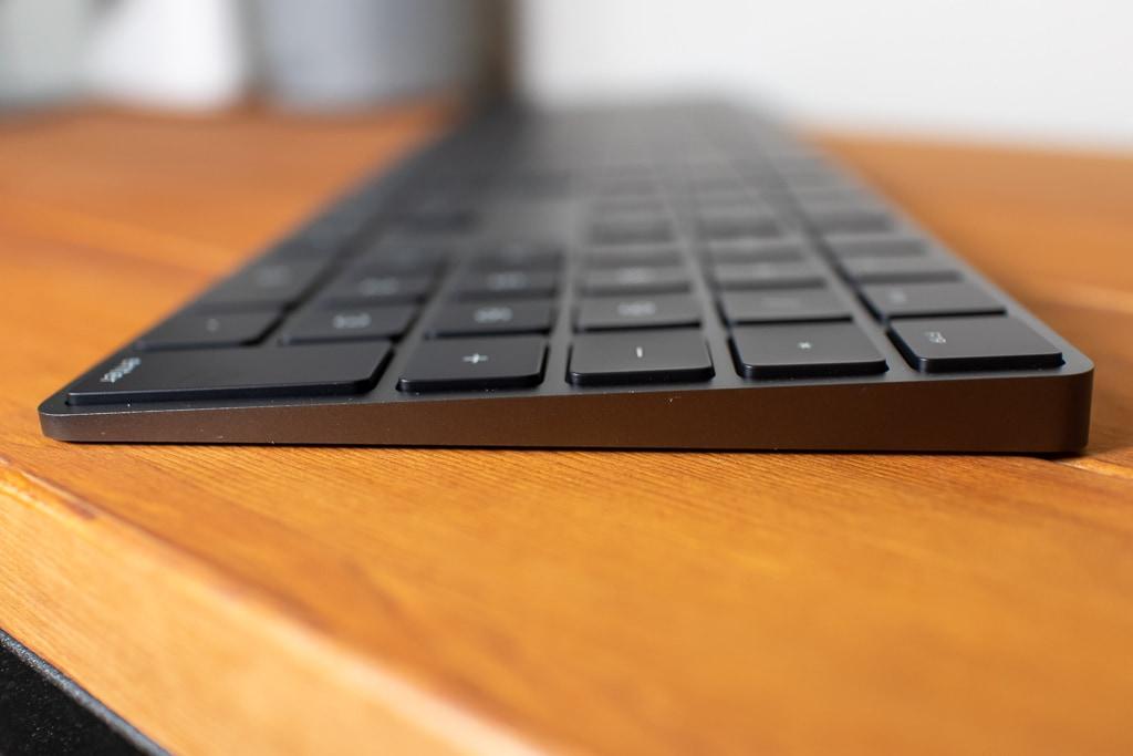 Magic Keyboardは奥側が少し高くなっている
