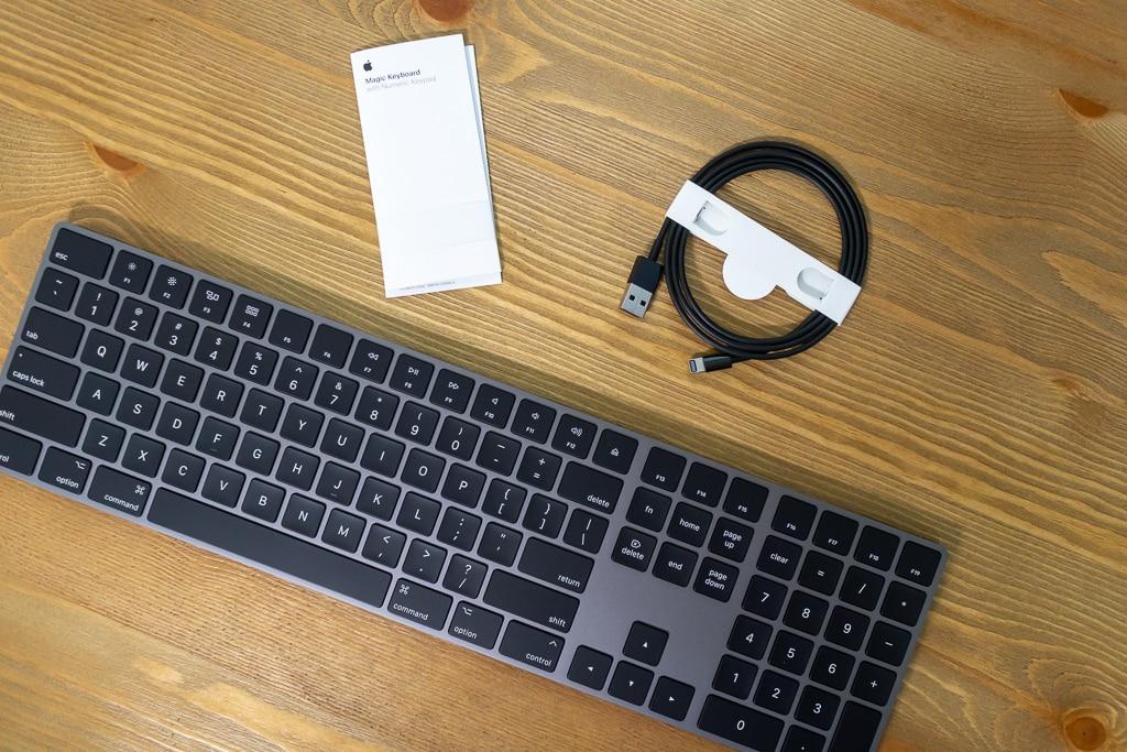 Magic Keyboard (テンキー付き)スペースグレイには黒いLightningケーブルが付属