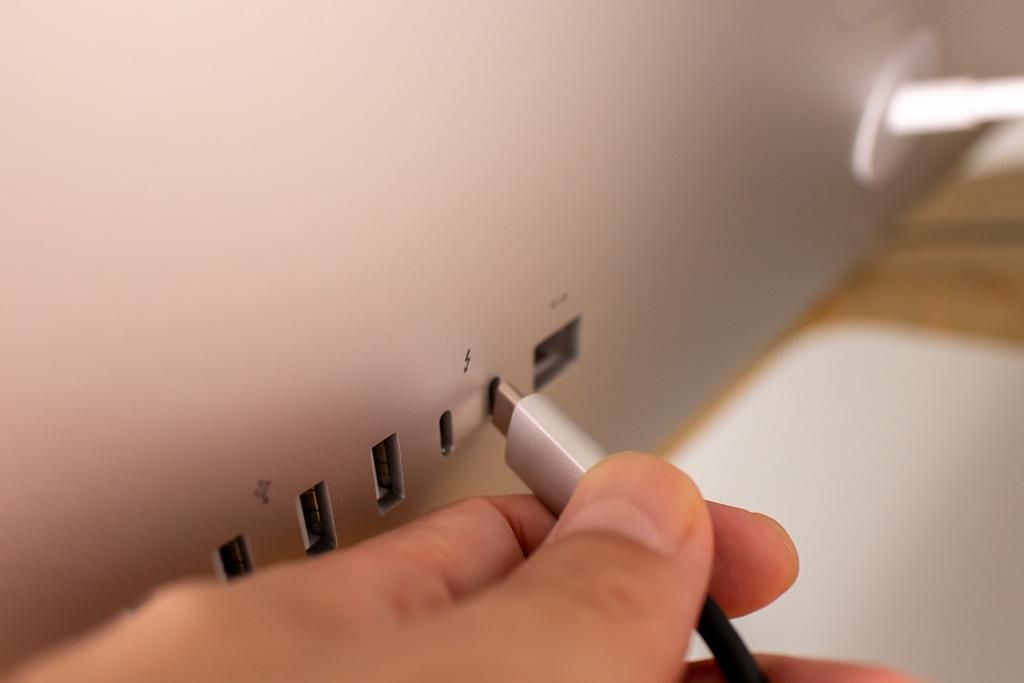 iMac背面のUSB-Cポートに接続する