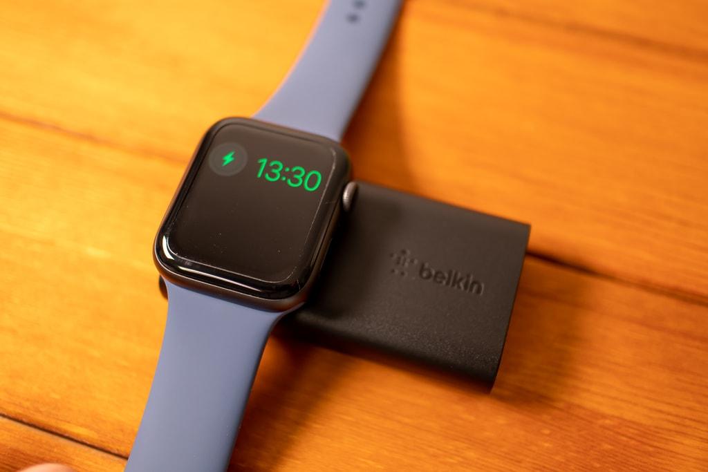 Belkin Apple Watch用モバイルバッテリーでApple Watchを充電