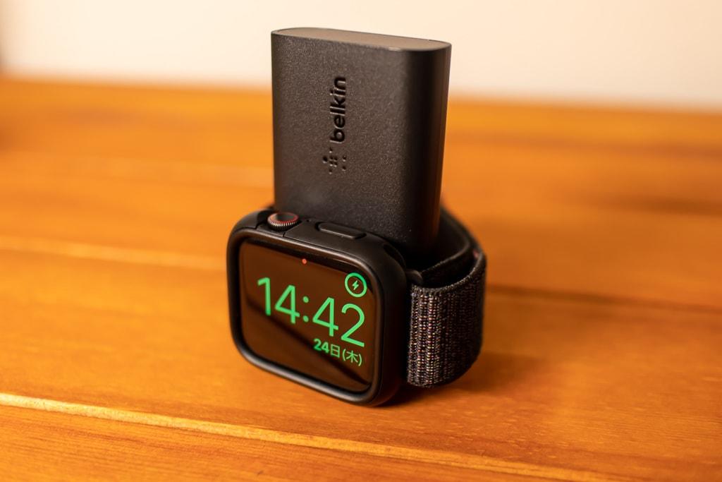 Belkin Apple Watch用モバイルバッテリーを立てて充電