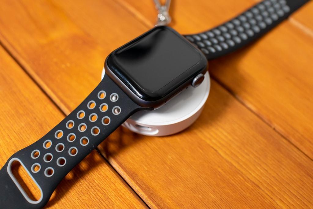 Apple Watchを充電中