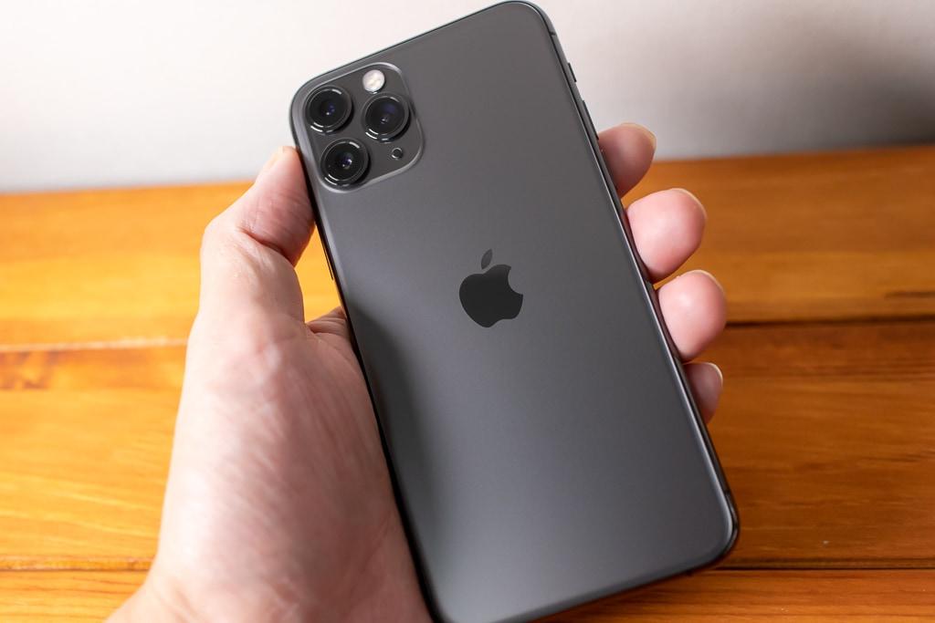 iPhone 11 Proは磨りガラス調のマットな背面がカッコいい