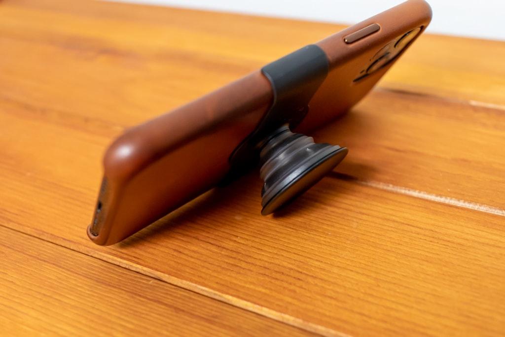 Apple限定PopSockets 「PopGrip Slide」は横置きスタンドとして