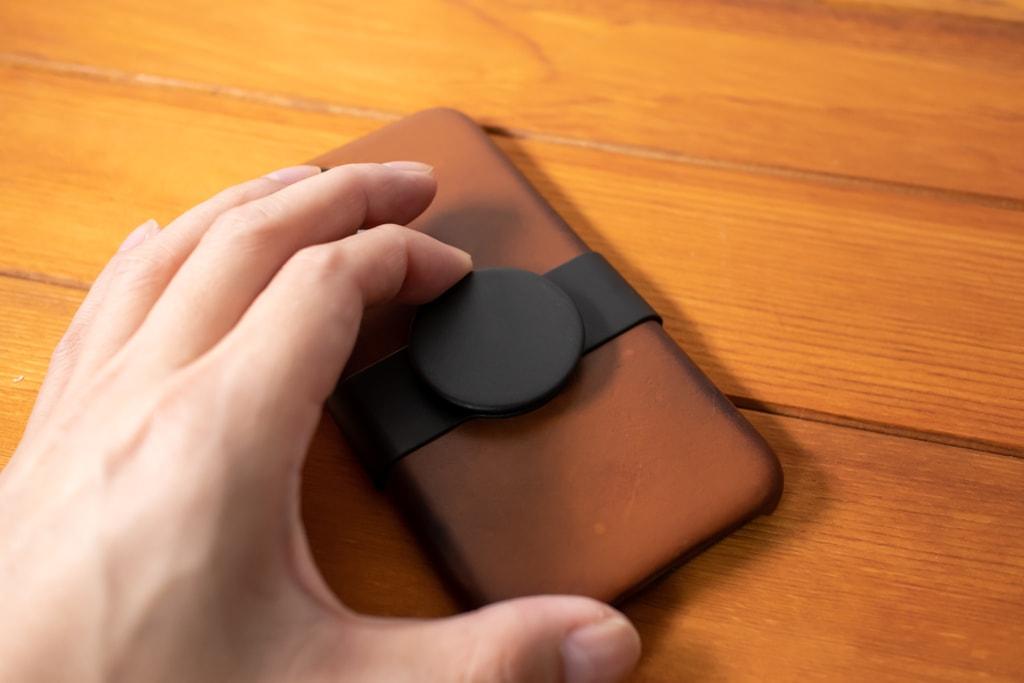 Apple限定PopSockets 「PopGrip Slide」は位置調整可能