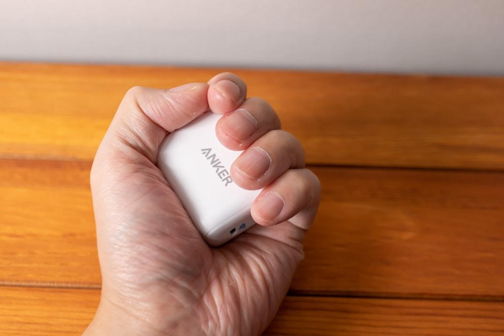Anker PowerPort III miniは手に握れる