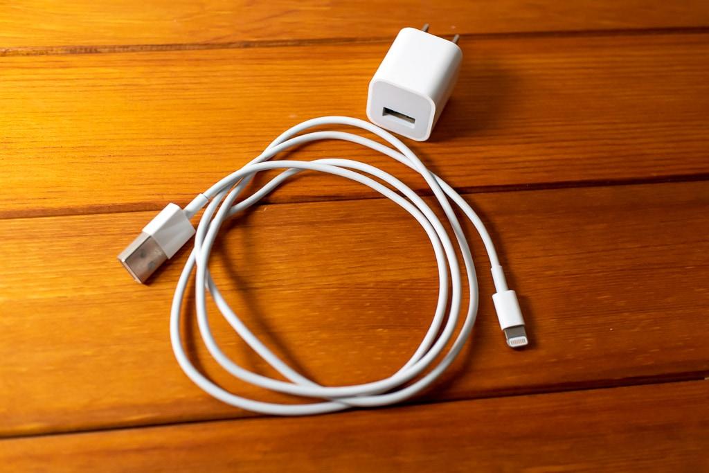 従来のケーブルと充電器でも充電できる