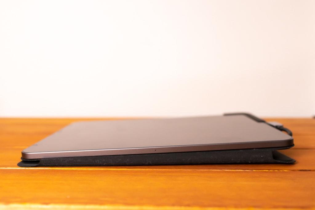 Baseus Bolt iPad Pro USB-Cハブは寝かせると水平にならない