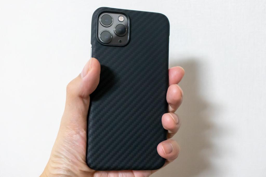 PITAKA MagEZ Caseは裸のiPhoneを持っているみたい