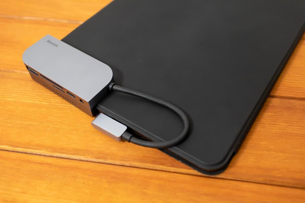 Baseus Bolt iPad Pro USB-Cハブはケースの上から装着する