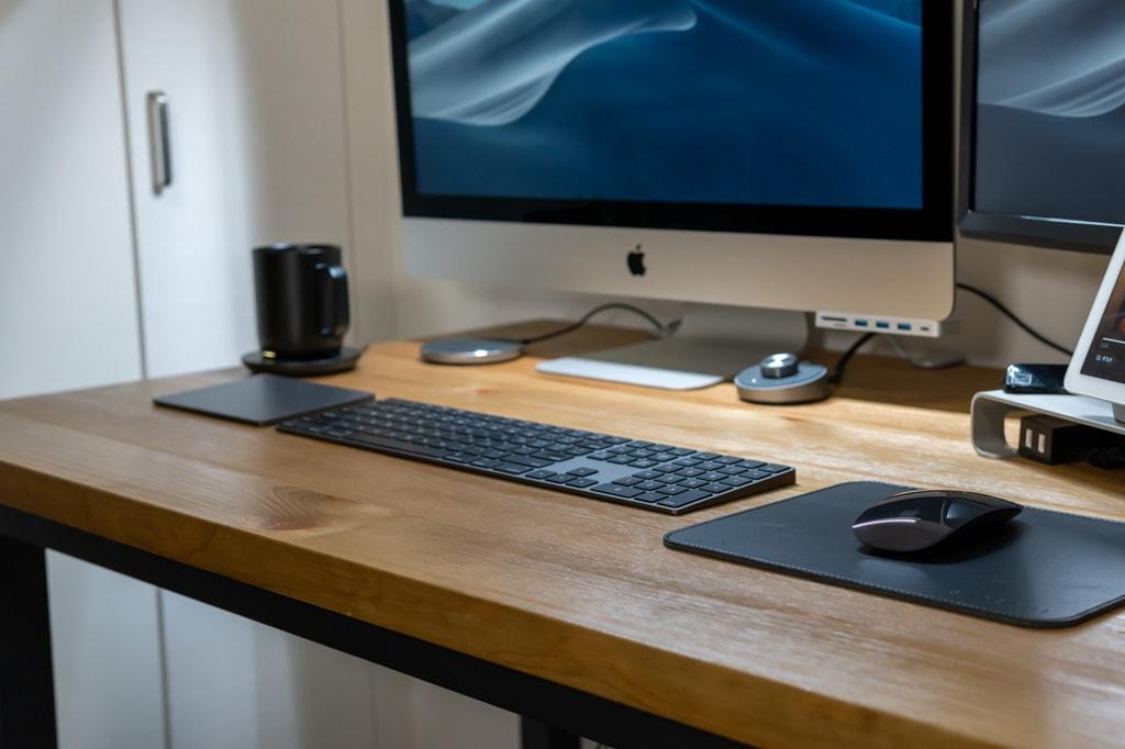 AppleのMagic Keyboard、Magic Mouse、Magic Trackpadのあるデスク