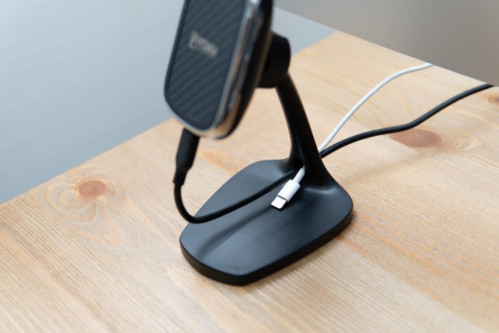 PITAKA MagEZ Mount Qi DesktopはLightningケーブルを固定しておける