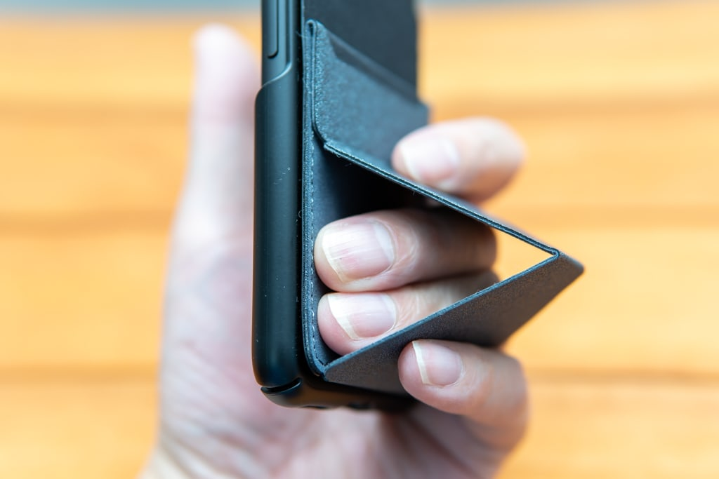 MOFT Xのスタンドの穴に指を通すイメージ