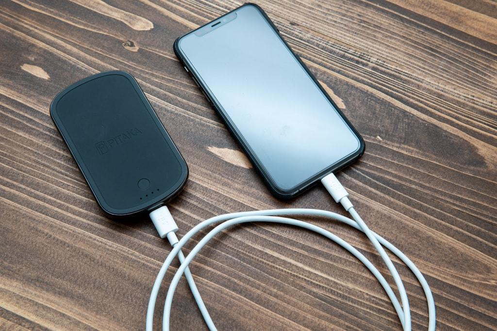 有線による充電も可能